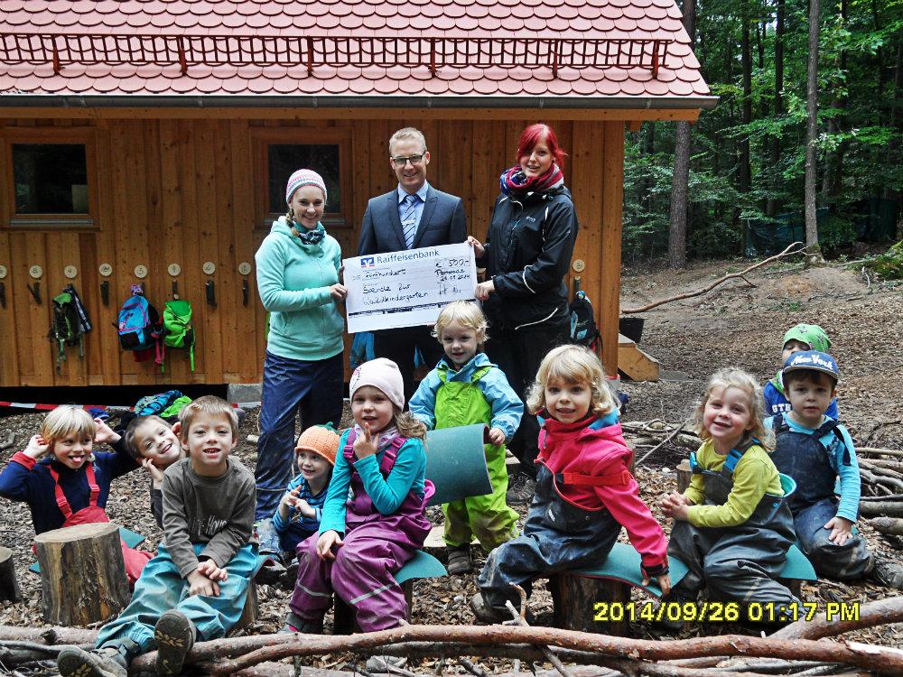 Spende der Raiffeisenbank Burgebrach-Stegaurach eG an den Waldkindergarten Pettstadt